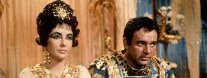 (La actriz Elizabeth Taylor y el actor Richard Burton en la película Cleopatra)