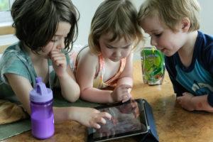 Menores entretenidos con juegos educativos