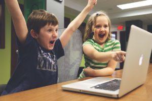 Niños disfrutando de un buen uso de internet