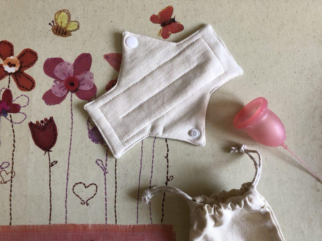 Compresa de tela y copa menstrual