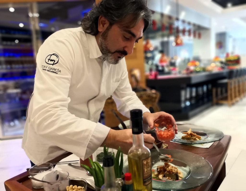 Tony García  prepara mormo de atún