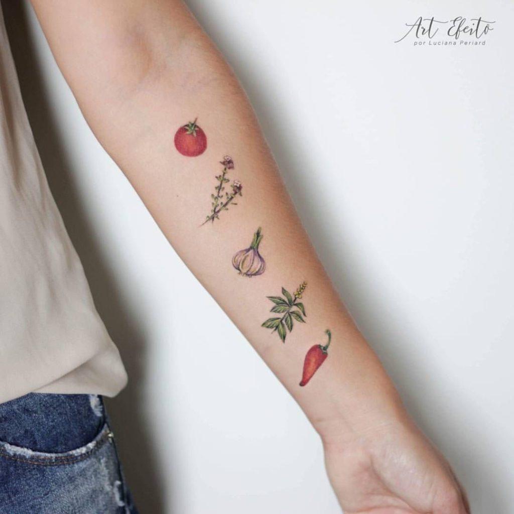 tatuaje de frutas y verduras.