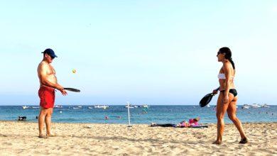 Jugar a las palas en la playa de El Zapillo