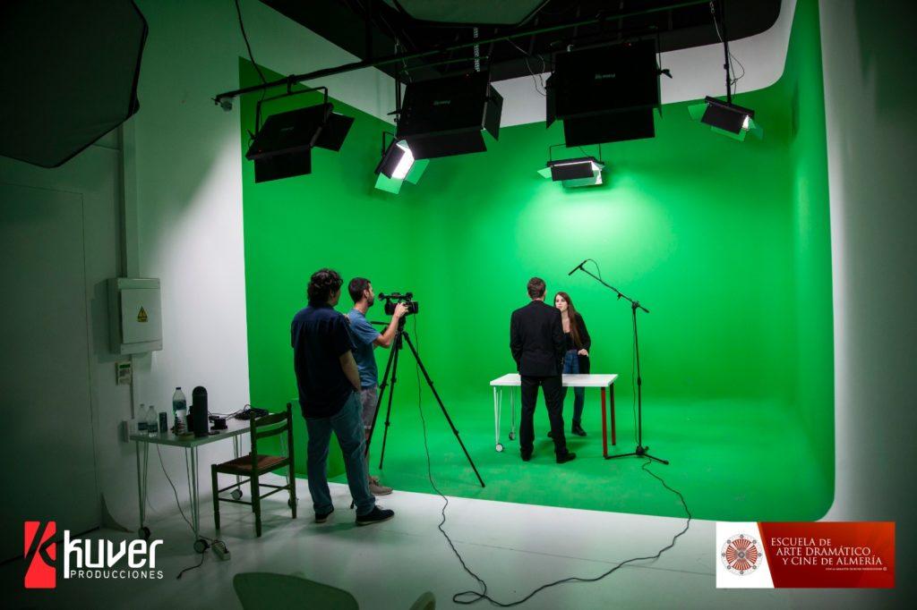 Alumnos en el estudio fotográfico de Kuver Producciones.