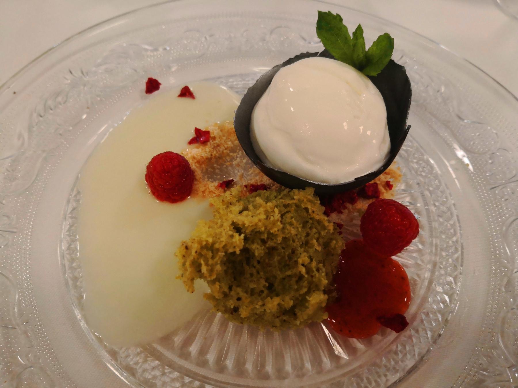 Esponja de pistachos son salsa de chocolate blanco, cardamomo y helado de queso cremoso