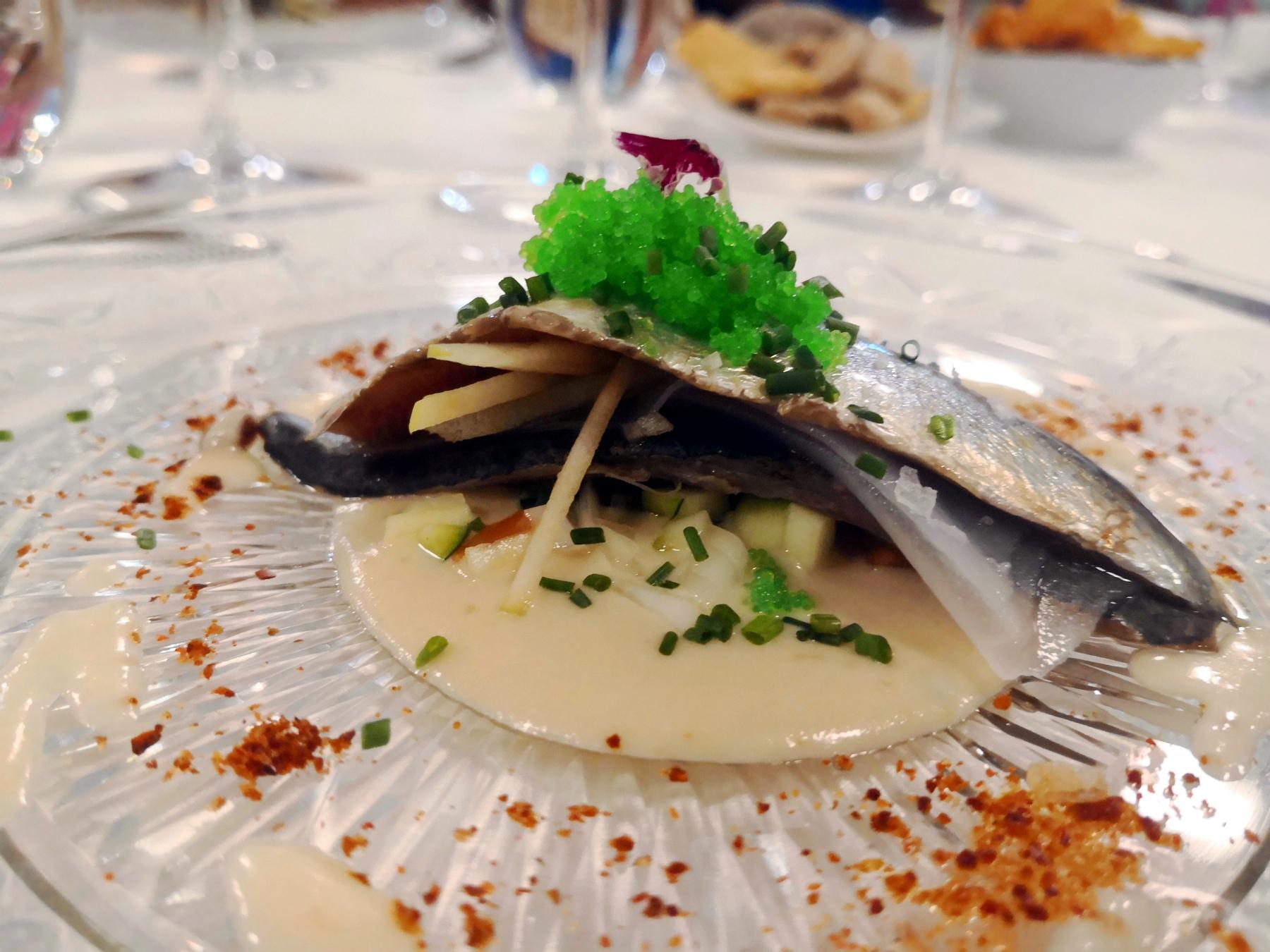 Sardina marinada con tartar de calabacín y ajoblanco - Travieso