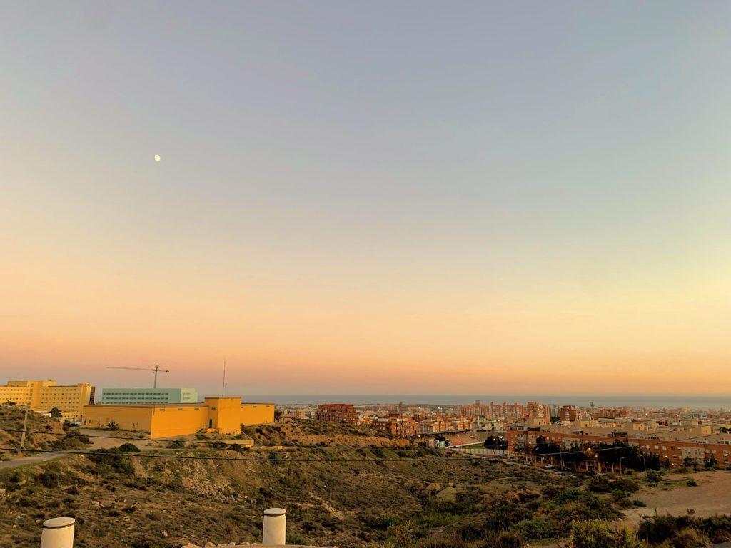Uno de los mejores puntos para ver la cuidad de Almería es el mirador de la Torre de Torrecárdenas. Un lugar abandonado, con basura y cristales rotos.