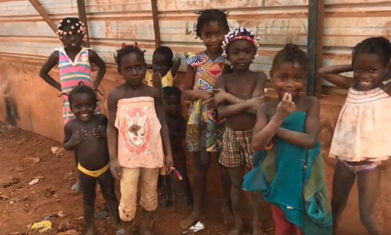 escuela en Angola
